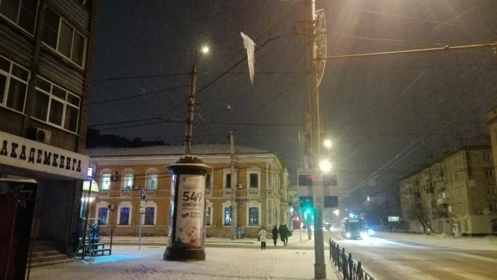 Гигантская сосулька нависла над оживленной остановкой в центре города