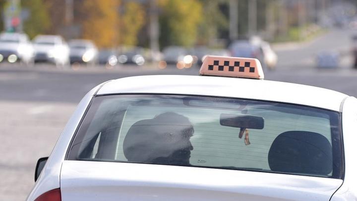 «Подбежал сзади и вцепился в волосы, начал таскать»: в Екатеринбурге таксист напал на пассажирку