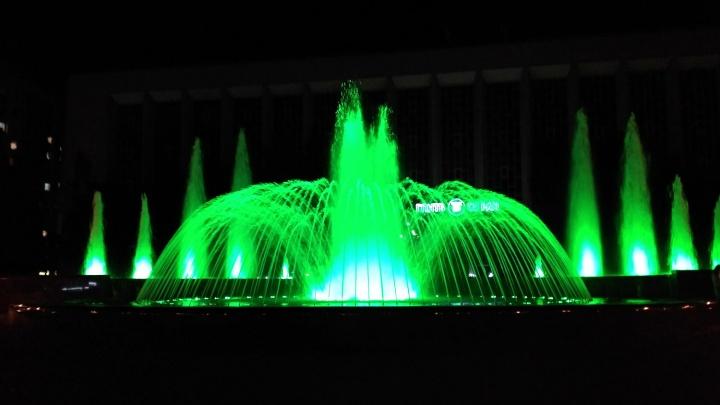 У фонтана перед ГПНТБ сделали разноцветную подсветку