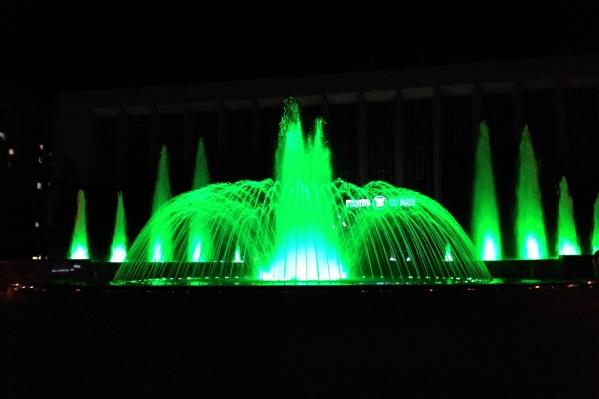 За минуту фонтан несколько раз меняет цвет