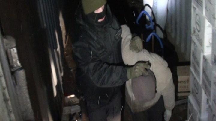 Омский спецназ задержал банду, разгружавшую фуру с нелегальным алкоголем