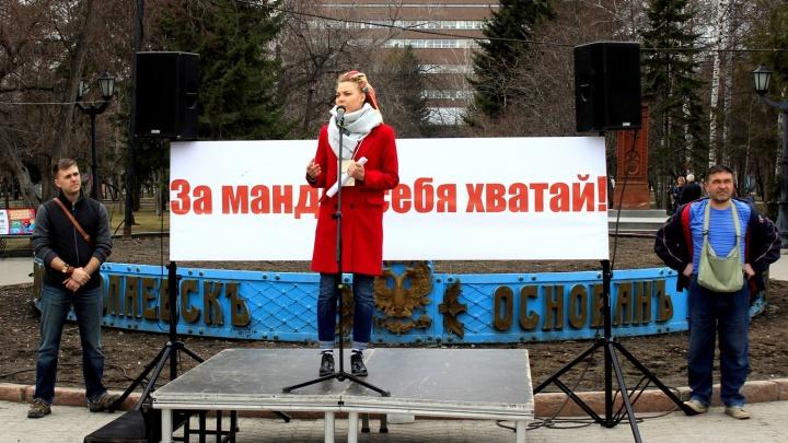 «За мандат себя хватай»: десятки новосибирцев вышли на митинг против домогательств депутата