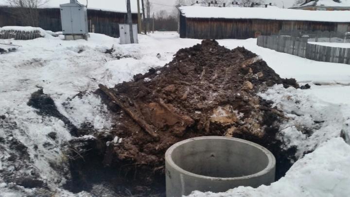 В Маймаксе подрядчик выкопал яму для колодца, но забыл про ограждения
