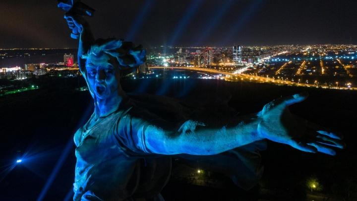 От ледяных оков до золотого сияния: смотрим на преображения «Родины-матери» в «Свете великой Победы»