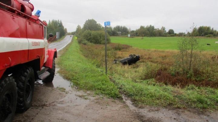 В Ярославской области на трассе иномарка вылетела в кювет и перевернулась на крышу