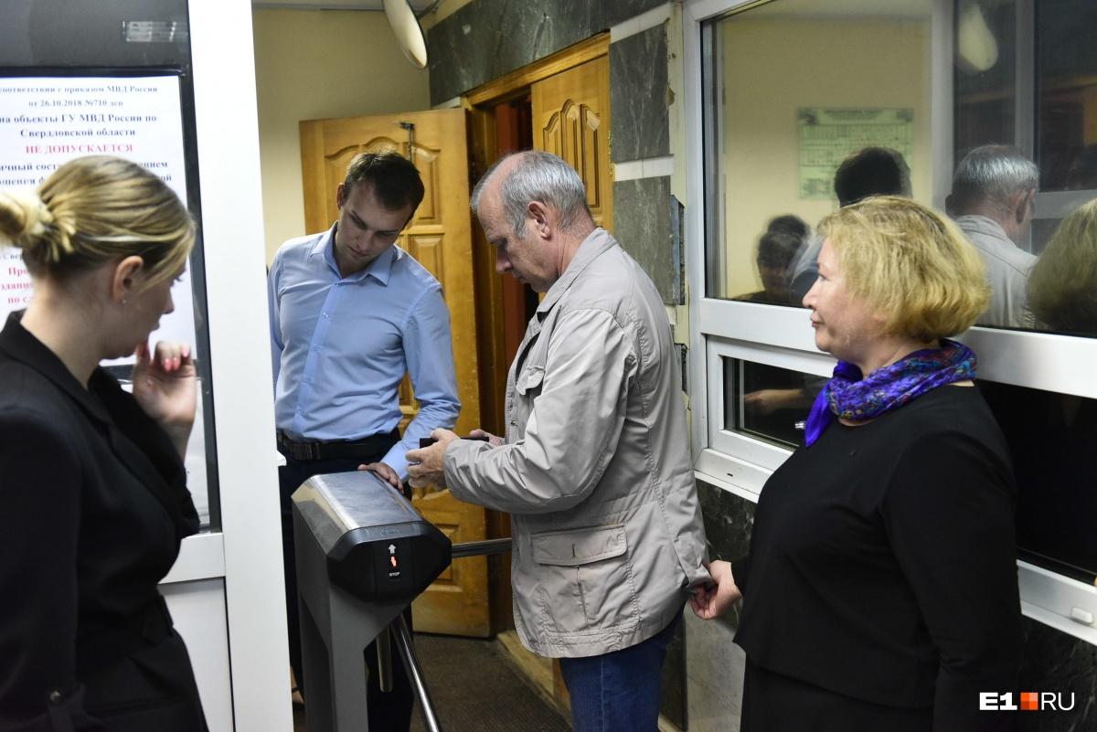 СледовательАртем Вопилов (в голубой рубашке) заводит к себе отца Виталия Никифорова, чтобы огласить ему результаты экспертизы