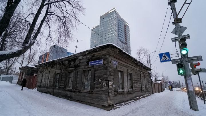Карта позора Перми. Городские контрасты — деревянный барак рядом с высоткой при въезде в центр