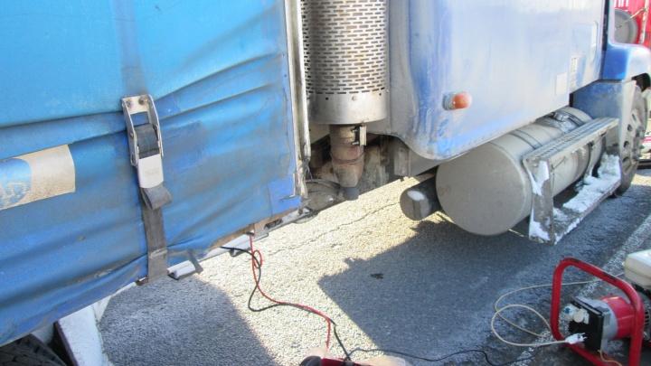 Отогревали тормоза, доставали машины из кювета: за сутки сотрудники МЧС помогли 10 водителям