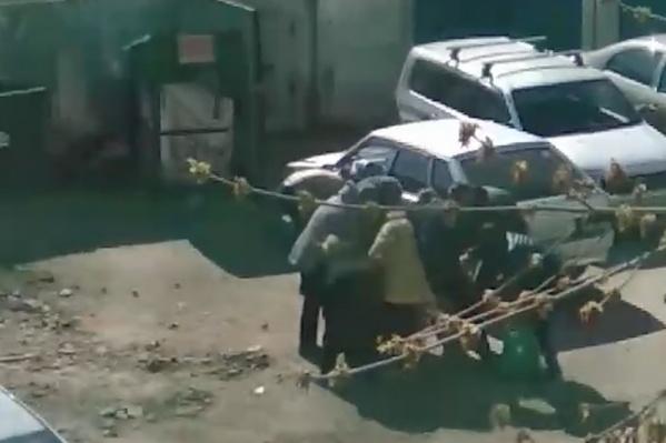 Битва за просрочку в этом дворе на улице Гагарина разворачивается каждый день