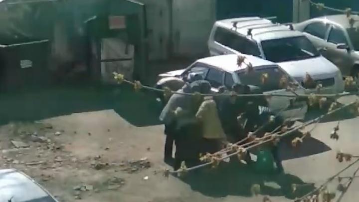 Пенсионеры подрались за просроченные продукты возле мусорных баков супермаркета в Челябинске