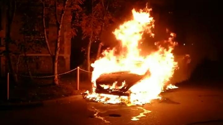 Взрывались колеса, срабатывала сигнализация: во дворе на Юго-Западе дотла сгорел Nissan Teana