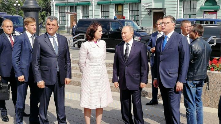 Президент Путин встретился с мэром Омска у драмтеатра