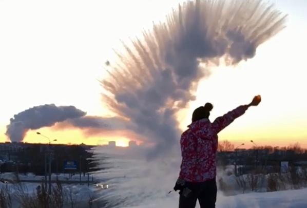Дождь вместо кипятка: сибиряки увлеклись экспериментами с горячей водой в лютый мороз