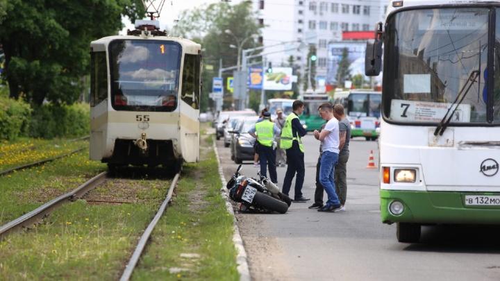 «Водитель лежал без сознания»: в Ярославле сбили мотоциклиста
