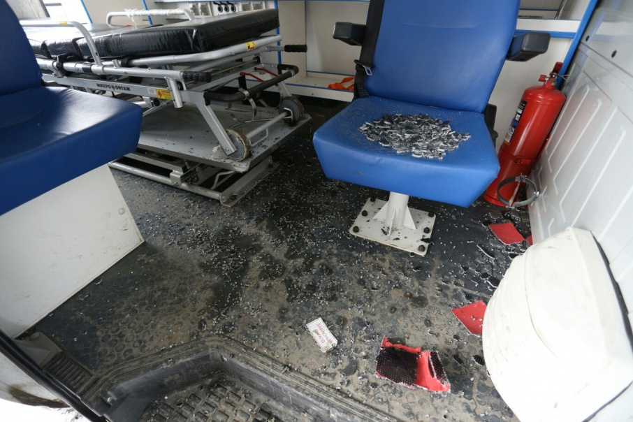 Выстрелом разбило люк на крыше скорой помощи