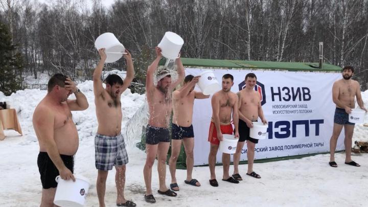 Рабочие оборонного завода отметили Крещение, облившись холодной водой