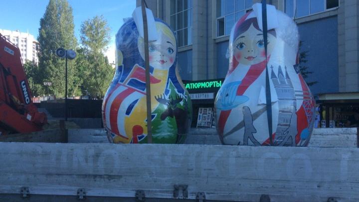 «Битлы» и Нобель: у бассейна ЦСК ВВС установили матрешки с символами Англии и Швеции