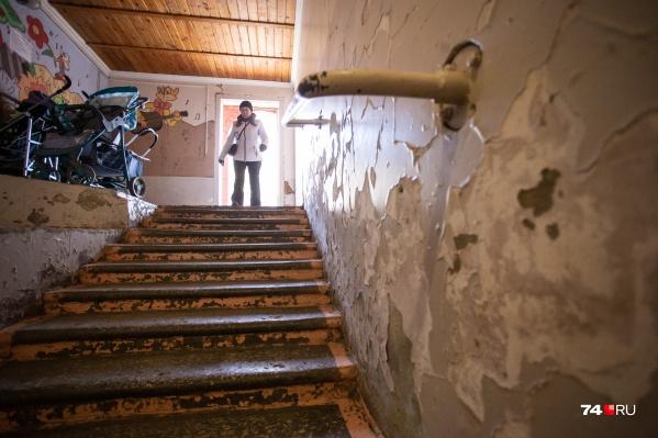 Думаете, это лестница в ад? Нет, всего лишь вход в одну из детских поликлиник Челябинска