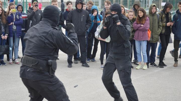 Свердловские полицейские устроили показательную схватку и постреляли во время зарядки со школьниками
