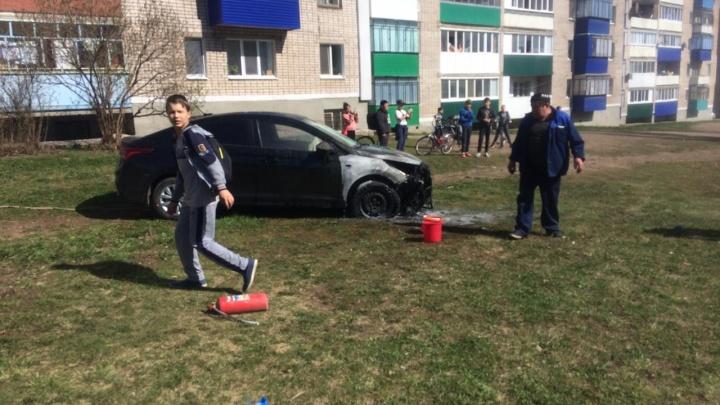 Сидел на земле и плакал: в Башкирии из-за детской шалости сгорел автомобиль