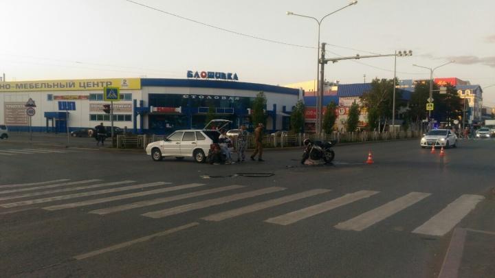 На Московском тракте байкер на скорости влетел в машину