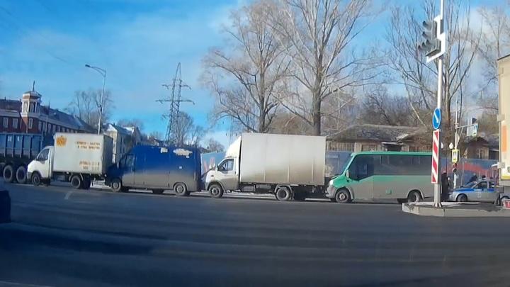 День жестянщика в Самаре: на Мехзаводе столкнулись четыре грузовичка