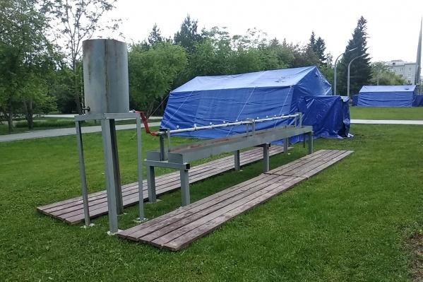 Рядом с палатками поставили умывальники