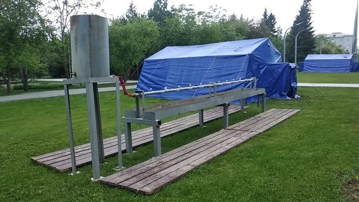 В сквере Славы появились синие палатки и умывальники