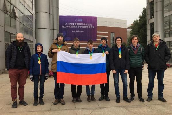 Константин Мясников (третий справа) взял золотую медаль