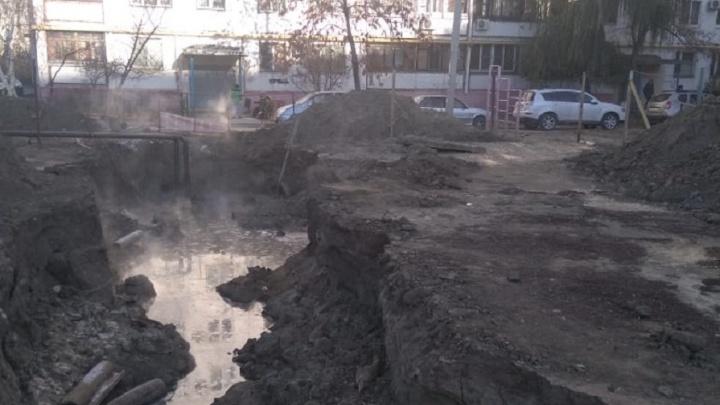 Пришлось звонить в 112: коммунальщики посреди двора в Волгограде бросили котлован с горячей водой