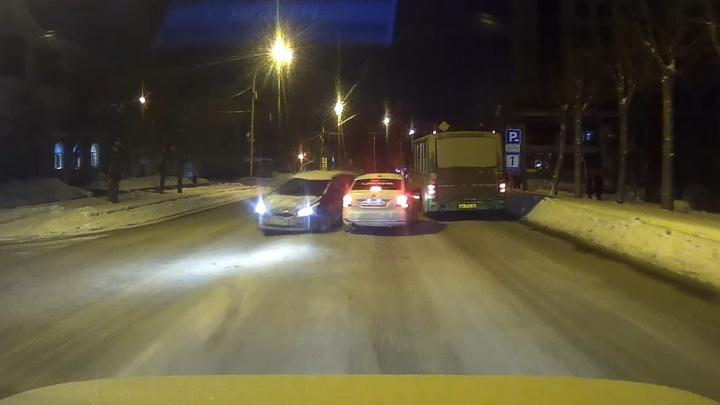 Иномарку занесло: появилось видео момента аварии на Сибирском тракте