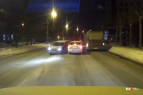 Первым на помощь автомобилистам вышел водитель автобуса