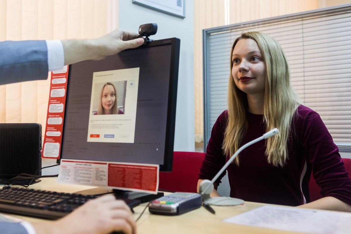 Уже сейчас некоторые банки позволяют пользоваться своими услугами удалённо тем, кто сдал биометрические данные