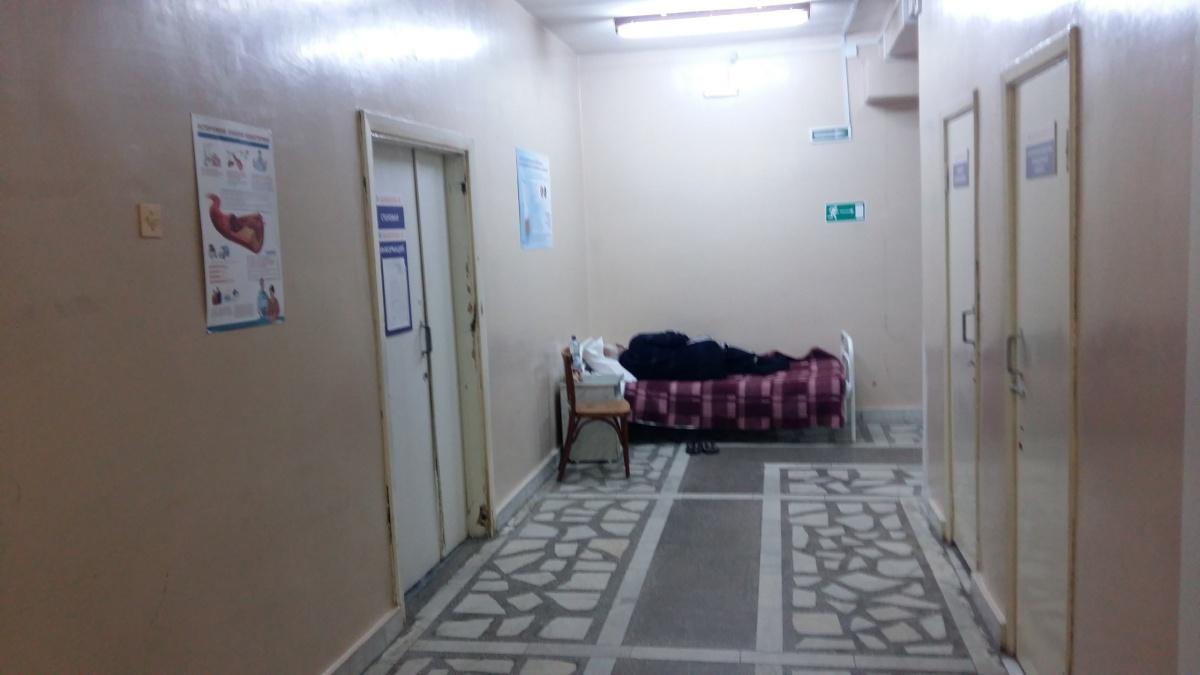 В коридоре больному выделили не только кровать, но даже тумбочку со стулом