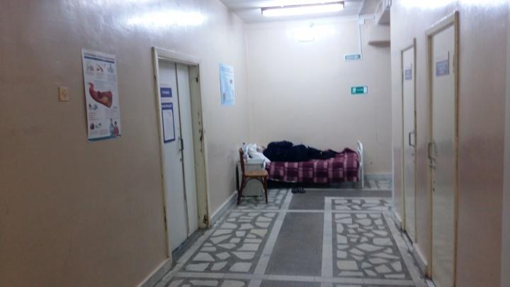 «В душе всё переворачивалось!»: в челябинской больнице сердечника разместили в коридоре