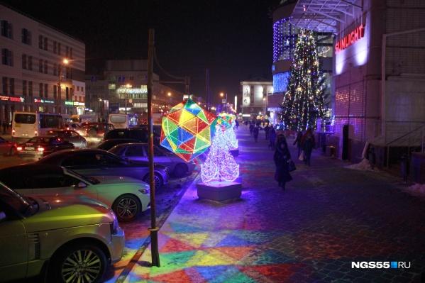 Вот так Омск украшен к Новому году — всё сверкает разноцветными огнями