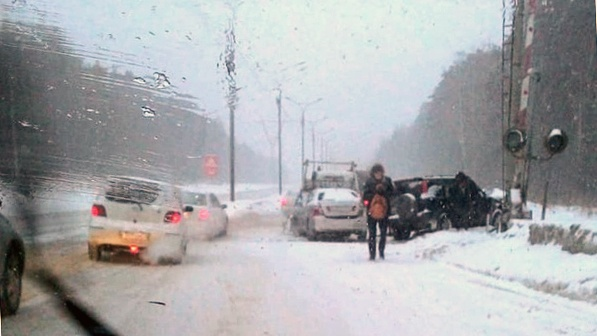 Автомобиль въехал в столб на Бердском шоссе недалеко от «Гиганта»