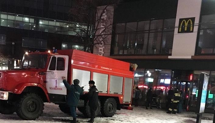 Посетителей «Макдоналдса» в центре Челябинска эвакуировали из-за пожара
