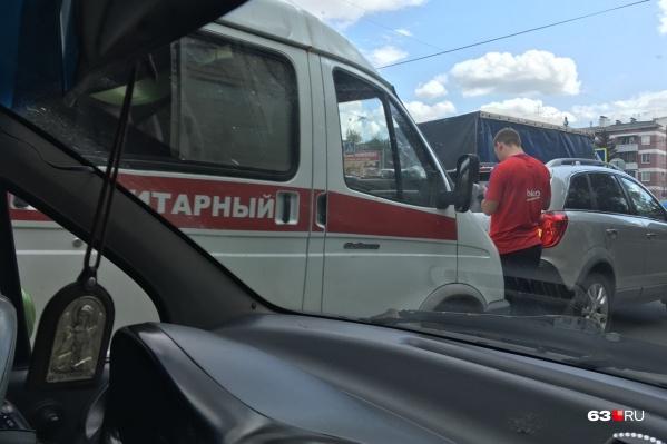 Участники аварии ждут ГИБДД