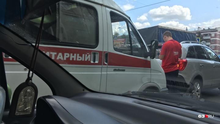 В Самаре улицу Авроры парализовало из-за ДТП с машиной скорой помощи