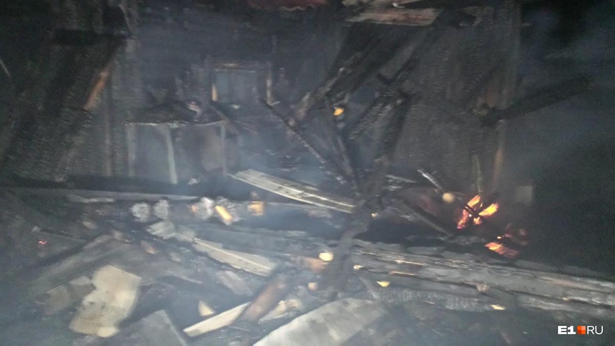 Дом выгорел на площади 100 квадратных метров