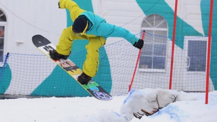 Сноубордисты и лыжники на горе Ежовой прыгали через костёр и ныряли в бассейн