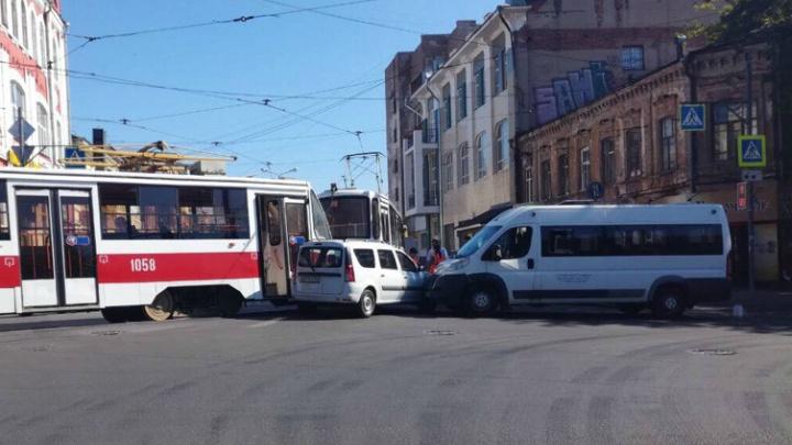 В Самаре «Ладу-Ларгус» зажало между трамваем и маршруткой