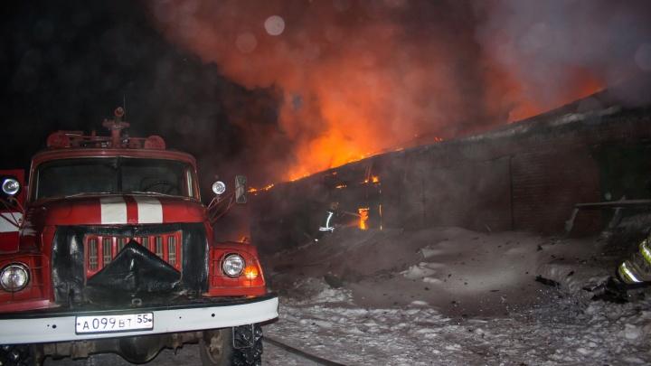 Пожар в посёлке Омский смогли потушить лишь утром