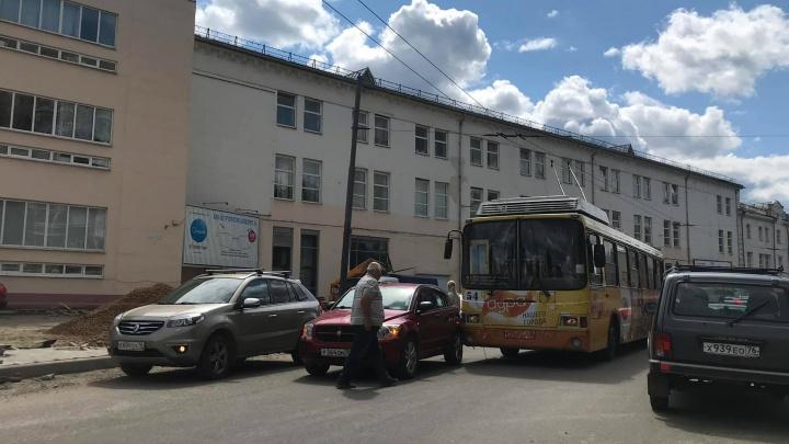 В центре Ярославля троллейбус с пассажирами угодил в ДТП: перекрыта улица