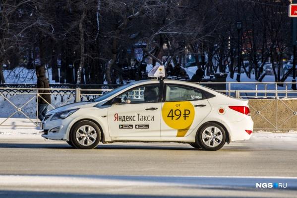 Чтобы получить запертые в багажнике пакеты с продуктами, девушке и её знакомому пришлось обратиться в «Яндекс» и полицию