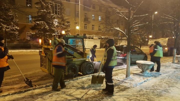 За ночь с курганских дорог вывезли более трёх тысяч тонн снега