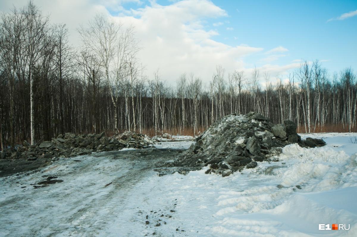 Здесь же навалены груды ещё каких-то строительных отходов