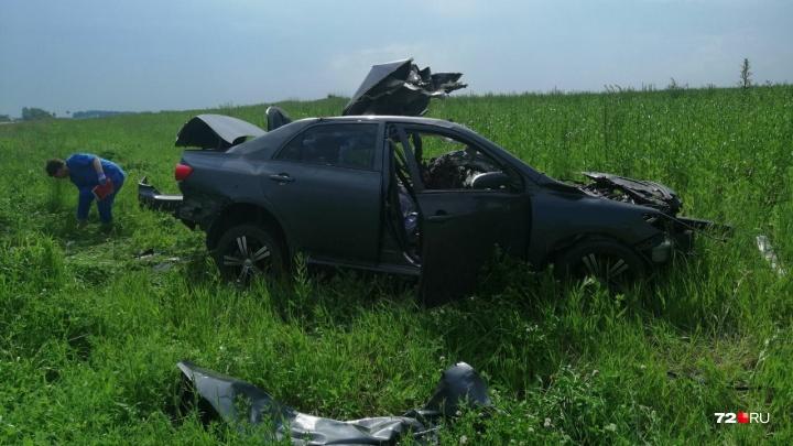 Два человека погибли в страшном ДТП под Тюменью: легковушка залетела под большегруз