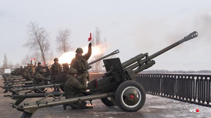 «Оттачивают синхронность»: волгоградские военные репетируют праздничный салют